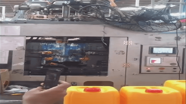 20L Three Layer Blow Molding Machine Running In Malaysia 2013 (31)