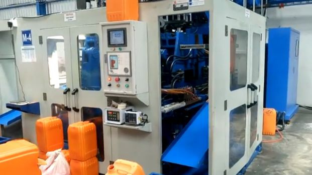 20/25L Three Layer & Double Station blow molding machine 16-005